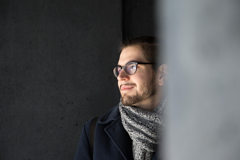 In der Harpa in Reykjavík starrt Florian Lehmuth nachdenklich in den leeren Raum, ein ominöses Lächeln auf seinen Lippen.