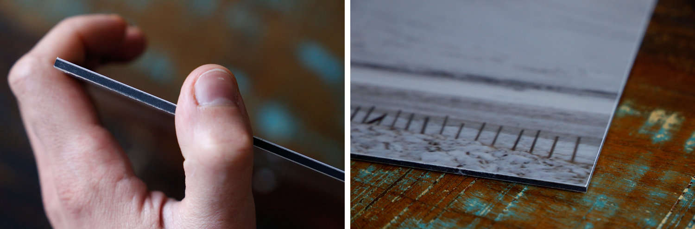Links: Das Verbundmaterial aus Aluminium und Kunststoff ist nur wenige Millimeter dick, aber sehr stabil. Rechts: Detailaufnahme des Drucks auf einem Vintage-Holztisch liegend.